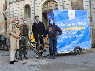 Présentation de la nouvelle collecte à vélo des emballages ménagers et cartons dans le centre-ville de L'Isle sur la Sorgue